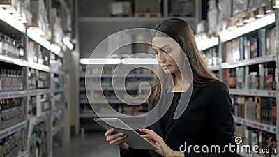 Verkauf, Einkaufen, Verbraucherschutzbewegung und Leutekonzept - nah oben von der jungen Frau mit Tabletten-PC-Computer im Markt, stock video footage