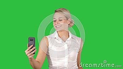 Verkauf, Verbraucherschutzbewegung, Technologie und Leutekonzept - glückliche junge Frau mit dem Smartphone und Einkaufstaschen,  stock footage