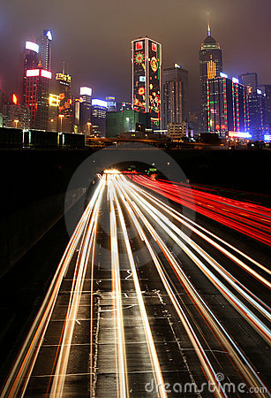 Verkeer bij nacht in stedelijke stad