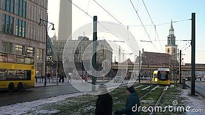 Verkeer, mensen en trams op Karl-Liebknecht-Straße door Alexanderplatz Train Station, Berlijn, Duitsland stock videobeelden