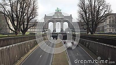 Verkeer onder de Triomfantelijke Boog in Parc du Cinquantenaire, timelapse stock videobeelden