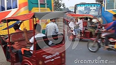Verkehr auf der Umgehungsstraße in Dinajpur, Bangladesch stock footage