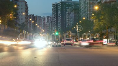 Verkehr in Barcelona als Nachtfällen Hyper Versehen Hintereffekt Lange Berührung stock footage