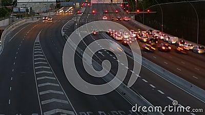 Verkehrsszene an der Dämmerung Lange Berührung Geschossen auf Kennzeichen II Canons 5D mit Hauptl Linsen stock video footage