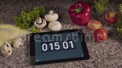 Verlassen Sie sich auf Küche und Zutaten Pilze, Pfeffer, Kartoffeln, Salatsalat, Mehl stock footage