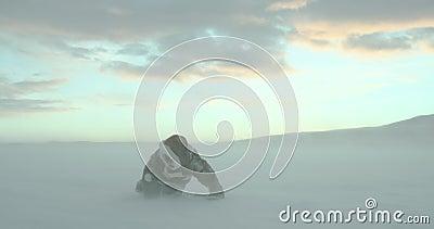 Verlorener junger Reisender im Renhautmantel steht oben am arktischen Blizzard mit seiner letzten Stärke Yamal-Expedition 2016 stock video footage
