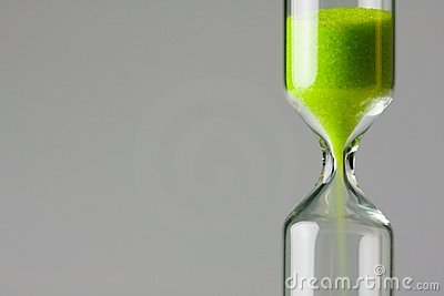 Verminderndes Grün. Grüner Sand des Stundenglases
