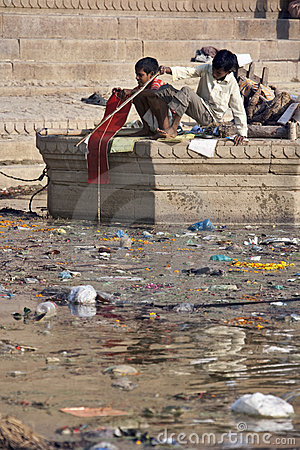 Verontreiniging in de Heilige Rivier Ganges - India Redactionele Fotografie