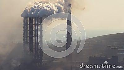 Verontreiniging van de atmosfeer door een industriële onderneming van de metallurgische industrie stock footage