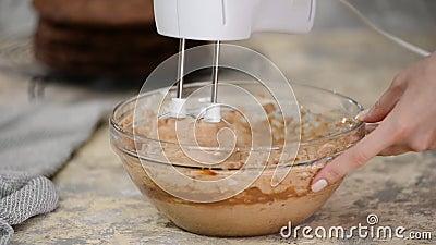 Verpacken mit einem Buttermischer mit Schokolade Braun-Schokolade-Sahne für den Kuchen stock video footage