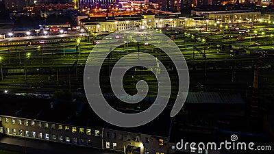Verplaatsing van een voertuig op de weg en trein in spoorwegstations Centraal station van trein en pad in de nachttijd stock video