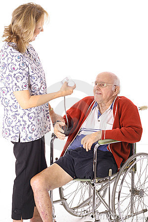 Verpleegster die handicappatiënt controleert