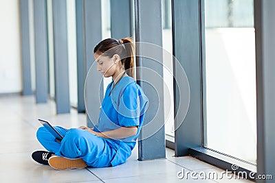 Verpleegster die laptop met behulp van