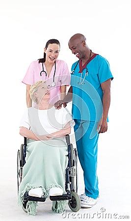Verpleegster en arts die een patiënt behandelen