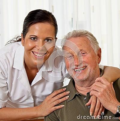 Verpleegster in oude zorg voor de bejaarden in verzorging