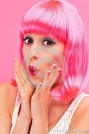 Verrast roze haarmeisje