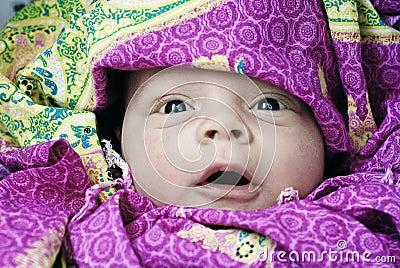 Verraste en gelukkige baby