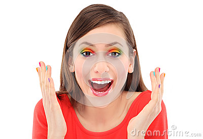 Verraste vrouw met kleurrijke oogschaduw