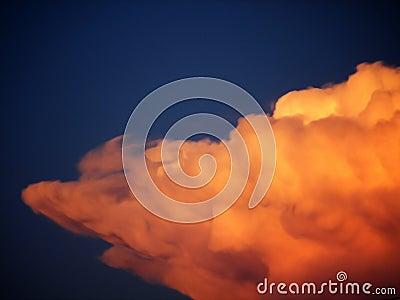 Verrückte orange Wolke