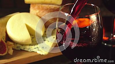 Verre de vin rouge sur un fond de plat de fromage banque de vidéos