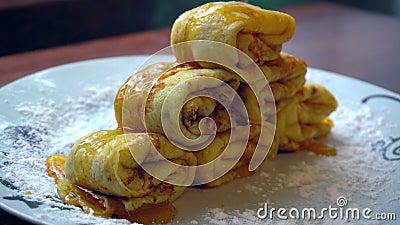 Vers gebakken pannekoeken met honing stock footage