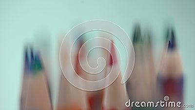 Verscheidenheid van de gescherpte macromening van kleurenpotloden, kantoorbehoefteninzameling, keus stock videobeelden