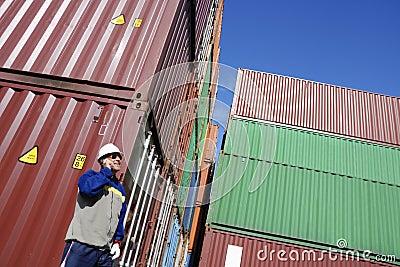 Verschepende containers en dokarbeider
