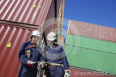 Verschepende containers en dokarbeiders