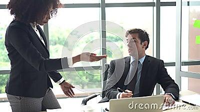 Verschiedenartigkeit am Arbeit prefessional Meinungs-Konfliktargument stock video footage