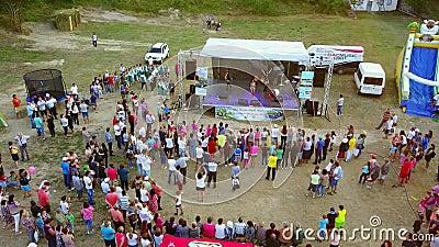 Verschiedenartigkeit Fest, Luftperspektive Ein Festival mit Musik, Spaß und vieler Natur stock video