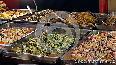 Verschiedene Arten von Gerichten, die im Lebensmittelgeschäft angeboten werden stock video footage