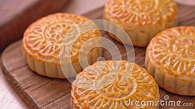 Verse gebakken Chinese maancake-gebak op houten dienblad voor het traditionele Mid-Autumn-festival, close-up, vrachtwagen shot-be stock footage