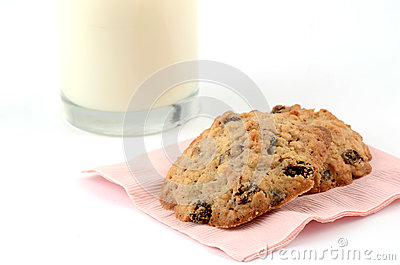 Verse gebakken koekjes met melk