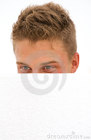 Verstecken des jungen Mannes