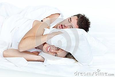 Verstoorde vrouw in bed met haar vriend het snurken