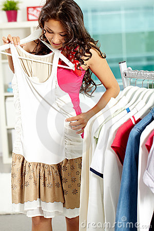 Versuchen auf neuem Kleid