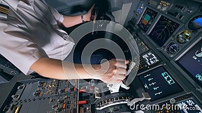 Versuchs-` s Hand, die für einen Betätigungshebel während des Fluges hält Moderner Passagierflugzeug-Kabineninnenraum stock video