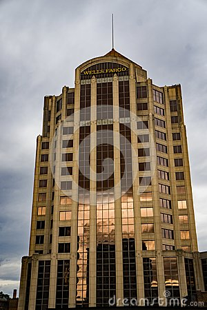 Free Vertical View Of The Wells Fargo Tower Building, Roanoke, Virginia, USA - 2 Stock Photos - 106654693