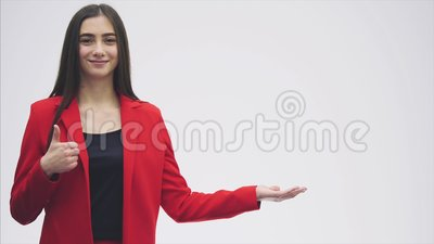 Verticale d'un beau jeune brunette Regardez l'appareil-photo Pendant le ceci elle a soulevé ses mains, précisant un geste clips vidéos