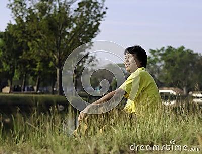 Verticale d un homme asiatique du sud heureux