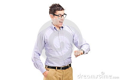Verticale d un homme regardant sa montre