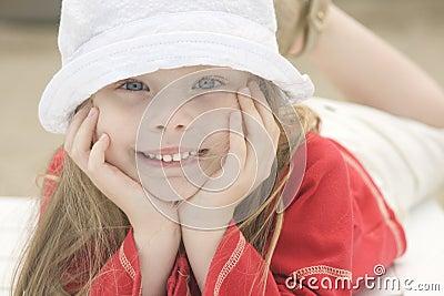 Verticale d une belle fille dans le chapeau