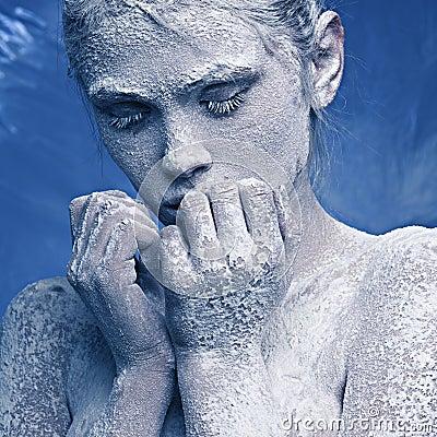 Verticale d une belle fille dans le gel
