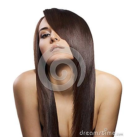 Verticale de belle jeune femme avec le long cheveu