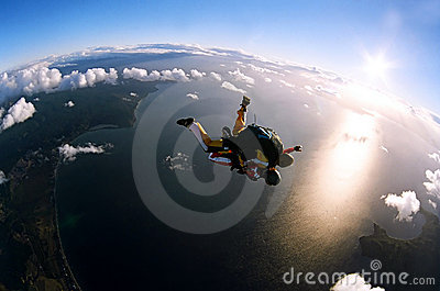 Verticale de deux skydivers dans l action