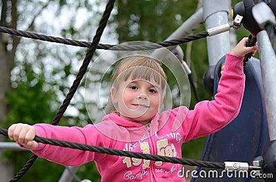 Verticale de fille d enfant sur la cour de jeu