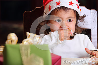 Verticale de petit enfant avec le regard fixe intense