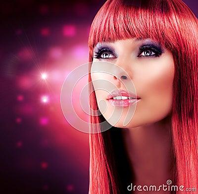 Verticale modèle d une chevelure rouge
