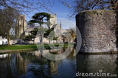 Vertiefungen Kathedrale u. Bishops-Palast - Vertiefungen - England Redaktionelles Bild