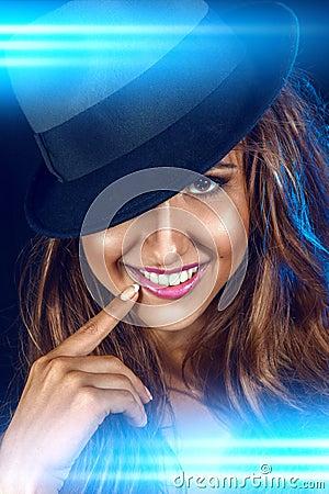 Vertikalt foto av den älskvärda kvinnan med toothy leende
